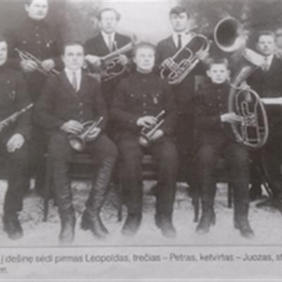 Iš kairės sėdi Leopoldas Pakalnis, trečias - Petras Pakalnis, ketvirtas - Juozas Pakalnis, stovi kairėje pirmas - Jonas Pakalnis (1925 m.)