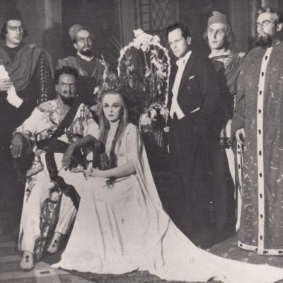 """G. Verdi """"Otelo"""". Sėdi iš kairės: K. Petrauskas - Otelo, E. Saulevičiūtė - Desdemona. Stovi iš kairės: J. Stasiūnas, J. Urvelis, A. Kalinauskas, A. Rudaitis, L. Muraška. 1957"""