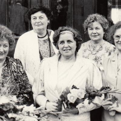 Su Paplauskaite, Navickiene, Stakauskiene, Akstinaite prie M. K. Čiurlionio mokyklos. 1990 m.