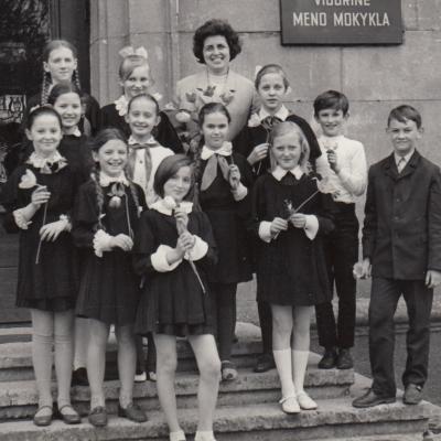 Su mokiniais. Viršuje: R. Mielkute, V. Žilyte, R. Viskautaite, V. Juknevičius, Antra eilė iš viršaus: N. Dersvonytė, J. Katinaitė, R. Naudinytė, A. Čiomanaitė. Trečia eilė iš viršaus: E. Karorkutė, R. Janonytė, V. Mickevičiūtė. 1972 m.