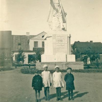 Raseiniuose prie Žemaičio 1936 m. su Kelmės kaimynais. Vytautas iš kairės