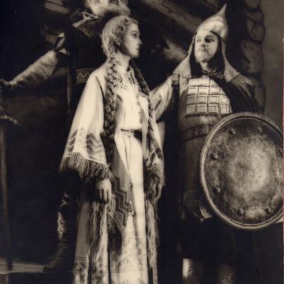 """V. Klovos """"Pilėnai"""". Eglė – I. Ylienė, Margiris – J. Stasiūnas, Danyla – Vladas Česas."""