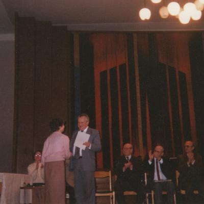 1995 m. A. Budrys teikia apdovanojimą