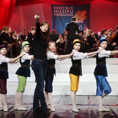 """Vilniaus B. Dvariono dešimtmetės muzikos mokyklos """"Simfukai"""" ir Eglės Špokaitės šokejėliai """"Snieguolė ir septyni nykštukai"""""""