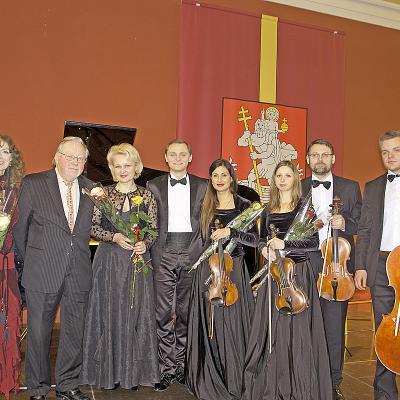 """Visi renginio dalyviai: aktorė V. Kochanskytė, prof. V.Lansbergis, pianistė Inga Maknavičienė, dainininkas L. Mikalauskas, styginių kvartetas ,,Musica Libera"""" (S. Dirgėlaitė, R. Žiogė, E. Kaziukaitis, T. Mikalauskas)"""