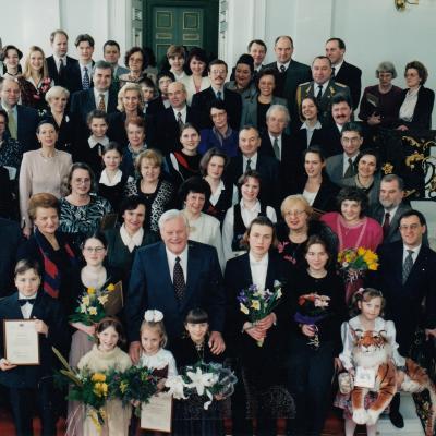 J. E. Algirdas Brazauskas su jaunaisiais laureatais, pedagogais ir laureatų rėmėjais 1998 02 05