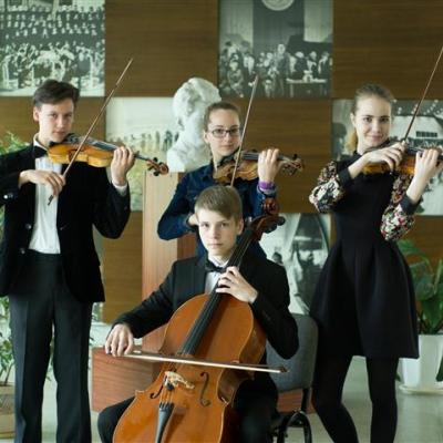 Styginių instrumentų kvartetas (Lietuva, Vilnius) Jokūbas Benjaminas Račiūnas (I smuikas), Gabrielė Lokominaitė (II smuikas), Anastasija Loboda (III smuikas), Liudvikas Savickas (violončelė) (mokytoja Irina Kirzner)