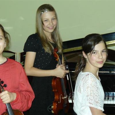 Smuikų ir fortepijono trio (Lietuva, Vilnius) Emili Peršukevič (smuikas), Akvilė Lavinskaitė (smuikas), Greta Naumovaitė (fortepijonas); (mokytojos Rima Švegždaitė ir Daiva Lukošienė)