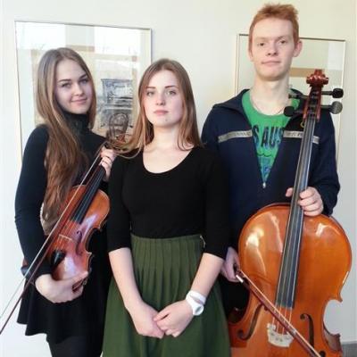 Fortepijoninis trio (Lietuva, Vilnius) Ugnė Kaušiūtė (fortepijonas), Klementina Venciūtė (smuikas), Šarūnas Pozniakovas (violončelė); (mokytoja Jūratė Rinkevičienė)