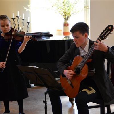 Smuiko ir gitaros duetas (Lietuva, Panevėžys) Kornelija Sakalauskaitė (smuikas), Danielius Kuoja (gitara); (mokytojai Eugenija Mėlynavičienė ir Raimundas Januševičius)