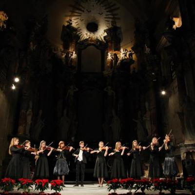 Smuikininkų ansamblis (Lietuva, Vilnius); mokytojos Anna Kijevič ir Vitalija Pilkauskienė. Ansambliui akompanuoja Alina Keslerienė.