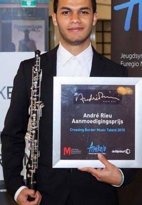 """Nuotr. WMC globėjas smuikininkas ir dirigentas André Rieu įteikia """"Talento apdovanojimą"""" jaunajam talentui iš Kolumbijos obojininkui ir dirigentui Samuel Agustín Aguirre"""