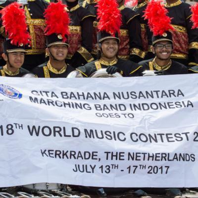 """Indonezijos """"Gita Bahana Nusantara"""" pasiruošęs maršinių šou konkursui Kerkradės stadione."""