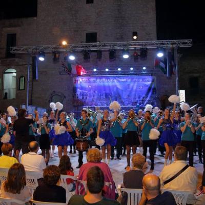 """Nuotr.  Panevėžio rajono Naujamiesčio kultūros centro vario dūdų orkestras """"Aukštyn"""", kartu su Panevėžio šokių grupėmis """"Fiva"""" ir """"Don't Stop"""" viename iš XXI tarptautinio pučiamųjų orkestrų festivalio koncerte Cisternino mieste, Pietų Italijoje."""