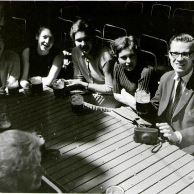 """(Iš dešinės) Bernardas Vasiliauskas, vargonų klasės studentės Vida Prekerytė, Nijolė Trinkūnaitė, Giedrė Lukašaitė ir pianistė Teresė Klimavičiūtė Prahoje, 1966. Buvo nuvykę pasiklausyti """"Prahos pavasario"""" vargonininkų konkurso."""