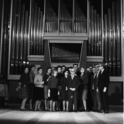 Hansas Joachimas Schuke su L. Digriu ir tuometinės Valstybinės konservatorijos vargonų klasės studentais bei svačiais prie baigiamų statyti Filharmonijos vargonų, 1963 lapkričio mėn.