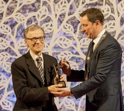 Už vargonų gausmą virš Vilniaus Bernardas Vasiliauskas apdovanojamas Kristoforo statulėle. Įteikia Vilniaus meras Artūras Zuokas. 2014 m.