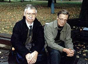 Pusbroliai Vytenis M. Vasyliūnas (kairėje) ir Bernardas Vasiliauskas Panevėžyje