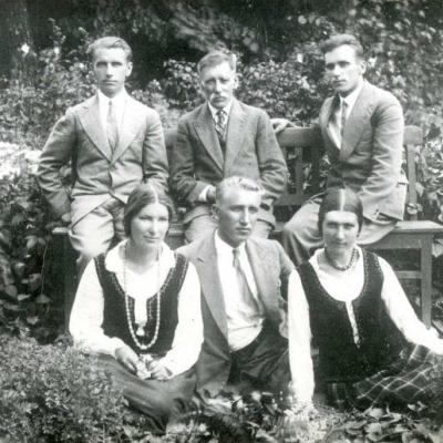 Broliai ir seserys Budriūnai su tėvu. Pabiržė, 1933 m. Pirmoje eilėje iš kairės: Emilija, Bronius, Elena. Antroje eilėje: Motiejus, tėvas Motiejus Budriūnas, Antanas.