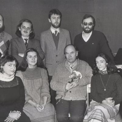 M.Urbaitis su J.Juzeliuno klases absolventais sveikina profesoriu 70-mesio proga_1986 m. (c) LMTA archyvas.jpg