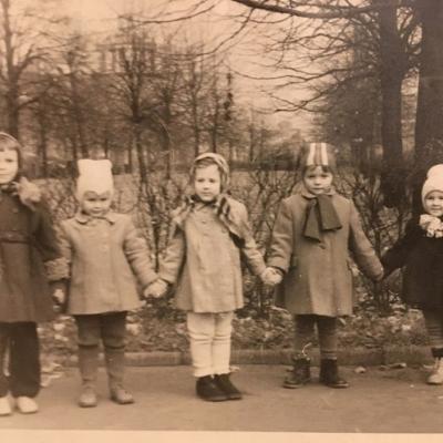 A.Žiūraitytė, Dalia Balsytė, Danguolė Juzeliūnaitė ir kiemo draugės Irutė ir Giedrė