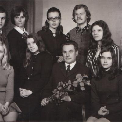 Su doc. Vaclovu Paketūru ir kursiokais -Mindaugu Urbaičiu, Virginija Apanavičiene, Zita Kelmickaite, Algirdu Martinaičiu, Vida Bakutyte ir kt. 1971-72 m..jpg
