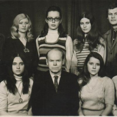 Su kurso draugais ir destytoju kompozitoriumi Jonu Nabažu, 1973; LMTA archyvas