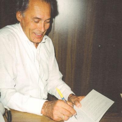 Algis Žiūraitis pasirašo knygą. 1997-04-30