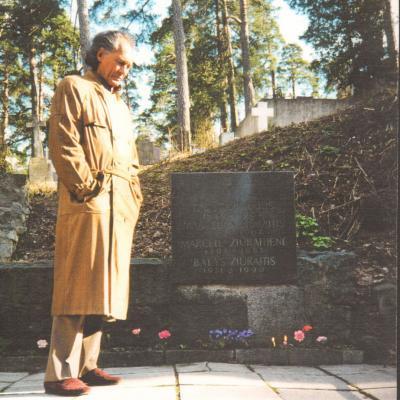 Algis Žiūraitis prie artimųjų kapo Vilniaus Antakalnio kapinėse. 1997 m. balandis