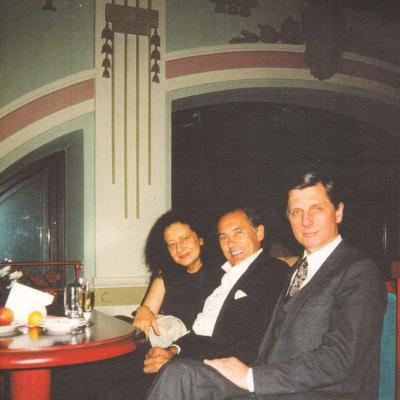 Algis Žiūraitis LNF kavinėje su Aldona Dvarionaite ir Juozu Antanavičium