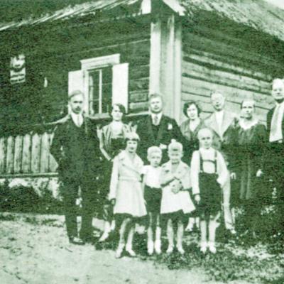 Ankstesniais metais Karosų šeima