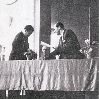 Vilniaus muzikos mokyklos direktorius Antanas Karosas įteikia mokyklos baigimo diplomą. 1953 metai.