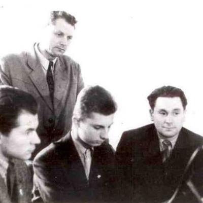 Pirmieji V. Paketūro studentai: Iš kairės į dešinę – Mikalojus Novikas, Benjaminas Alekna, Juozas Antanavičius, Vaclovas Paketūras. 1960 m.