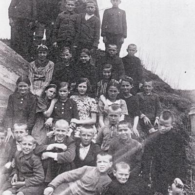Joniškio mokyklos mokiniai. Iš kairės į dešinę viršutinėje stovinčių mokinių grupelėje Vaclovas Paketūras devintas. 1938 metai.