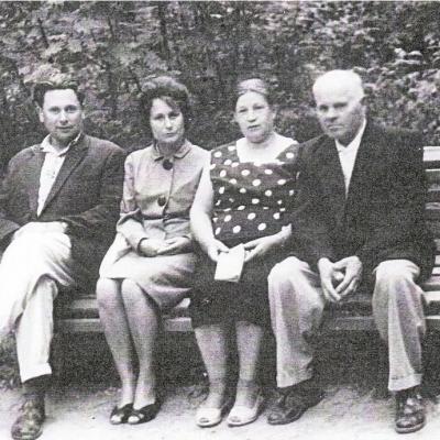 Iš kairės į dešinę: Vaclovas Paketūras, žmona Eugenija, motina Jadvyga ir tėvas Bronius.   Palangoje apie 1970 metus.