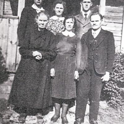 Paketūrų šeima. Iš kairės į dešinę: pirmoje eilėje: močiutė Adelė, motina Jadvyga,                   tėvas Bronius, antroje eilėje: Vaclovas, sesuo Enrika ir brolis Jonas. 1947 metai    Gruodiškių vienkiemis.