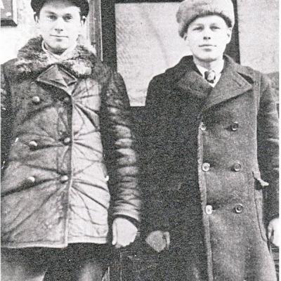 Iš kairės į dešinę: Vaclovas Paketūras ir Silvestras Taraila, Vilniaus muzikos mokyklos mokiniai. 1947 metai