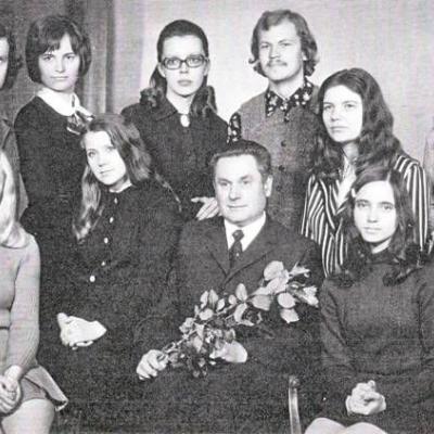 Po harmonijos egzamino 1972 05 26. Iš kairės į dešinę: pirmoje eilėje sėdi: Gražina Putrimaitė, Zita Kelmickaitė, Vaclovas Paketūras, Alė Kriaucevičiūtė. Antroje eilėje: Mindaugas Urbaitis, Virginija Kligytė-Apanavičienė, Audronė Žiūraitytė, Algirdas Martinaitis, Romualda Kneitienė,  Vida Bakutytė.