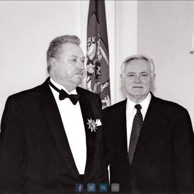 """Prezidentas Valdas Adamkus 2003 m. suteikė aukščiausią apdovanojimą – ordino """"Už nuopelnus Lietuvai"""" Didįjį kryžių"""