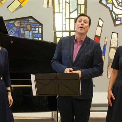 Nuostabia lietuvių liaudies daina šventę pradėjo Juozapaičių šeimos trio: Ieva, Eglė ir Vytautas