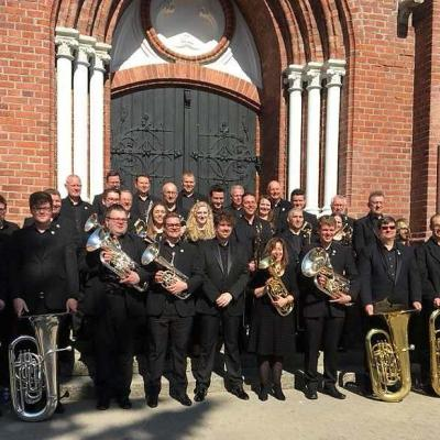 Po koncerto Palangos Švč. Mergelės Marijos Ėmimo į dangų bažnyčioje The Filton Concert Brass (Velsas, JK) muzikantai su dirigentu Tom Davoren