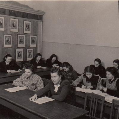 Muzikos istorijos kabinete 1952. Priekyje iš kairės: N. Verbrėjūtė, A. Vinikaitytė, B. Spižauskaitė, E. Bimbaitė, R. Kanišauskaitė, V. Krakauskaitė, J. Janulevičiūtė, Z. Venckus. Iš šono: G. Četkauskaitė, R. Nainytė