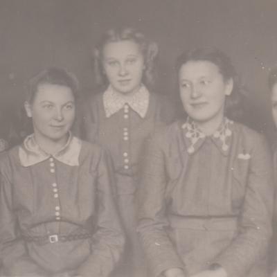 Globotinė Genutė Sutkutė Veličkienė su draugėmis amatų mokykloje