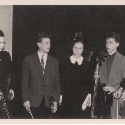 Kauno dešimtmetėje muzikos mokykloje susibūręs mokinių kvartetas: iš kairės G. Šimulynas, P. Kunca, būsimoji kompozitorė K. Brundzaitė, A. Griškevičius, D. Katkus. Apie 1959 m.