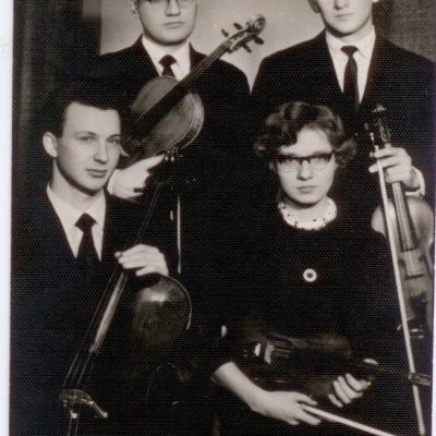 6.Valstybinės filharmonijos simfoninio orkestro styginių kvartetas. P. Kunca stovi antroje eilėje iš dešinės, kairėje - altininkas Grigorij Livšic. Pirmoj eilėje sėdi - Edita Vasiliauskaitė (II smuikas) ir Valentinas Kaplūnas (violončelė). 1967 m.