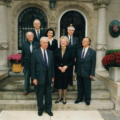 """Prie Lietuvos ambasados Vašingtone po koncerto su ansambliu """"Girių aidas"""" 1998"""