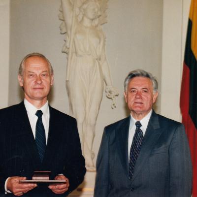 LR Prezidentas Valdas Adamkus ir Didžiojo Lietuvos Kunigaikščio Gedimino ordinu apdovanotas V. Kuprys, 1988