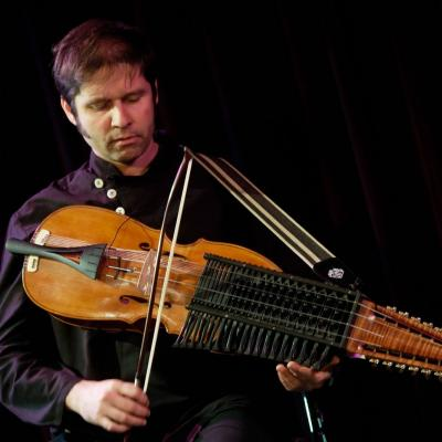 Belgų smuikininkas D. François naujo garsovaizdžio galimybių ieško grodamas  nyckelharpa