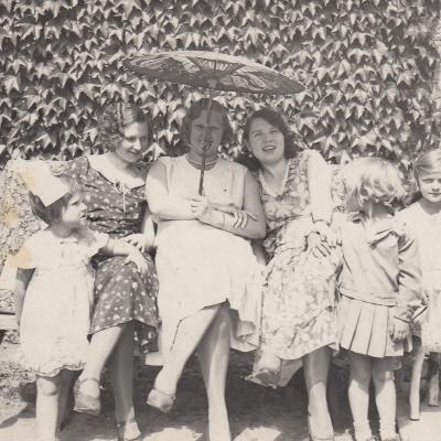 Klaipėdoje 1931 m. teta Bronė, Brazienė, Stasė Mikšienė, I. Mikšytė, G. ir A. Brazytės