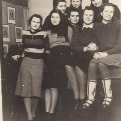 1-oji Valstybinės konservatorijos teoretikų, istorikų, fokloristikos laida. Apie 1950 m. G. Stasionytė, B. Spižauskaitė, R. Nainytė, A. Vinikaitytė, V. Gailiūnaitė, N. Verbiejietė, R. Kanišauskaitė